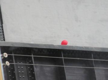 Eigenes Kunstwerk: Roter Luftballon auf Stahlbalken