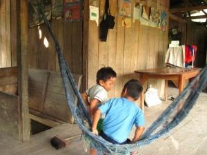 Kinder im Indianerdorf in Ecuador