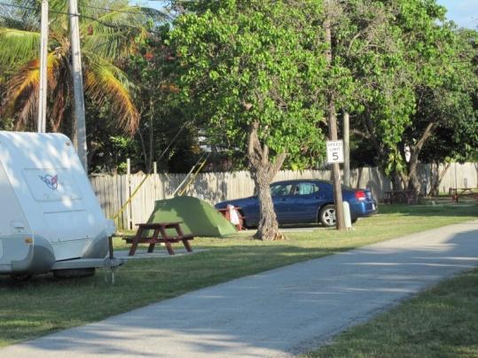 Unsere bescheidene Hütte (grünes Minizelt) und unser Superwagen