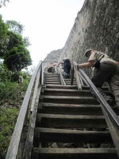TÜV geprüfte Treppe auf Tempel V