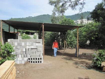 Der Bauplatz mit vorbereiteter Dachkonstruktion