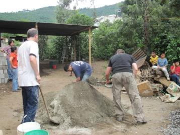 Beschwerliche Arbeit beim Betonmischen auf Guatemaltekisch