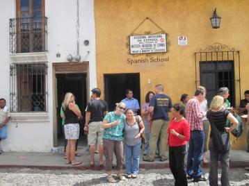 Angie vor unserer Schule mit ihrer Lehrerin Silvia