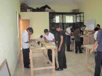 Jugendliche bei der Ausbildung im Projekt