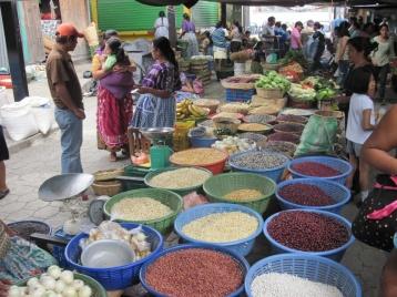 Typische Nahrung in Guate: Frijoles und Mais