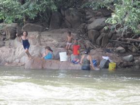 Familienwaschtag am Fluss in Valledupar