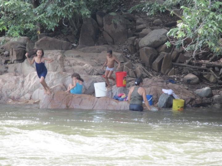Familienwaschtag am Fluss in Valledupar