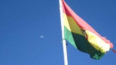 Bolivianische Flagge und verkehrter Mond