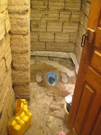 Bolivianische Stehtoilette mit Ideal Standard Becken