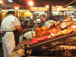 hmmm...Fleischbatzen auf dem Mercado del Puerto in Monte