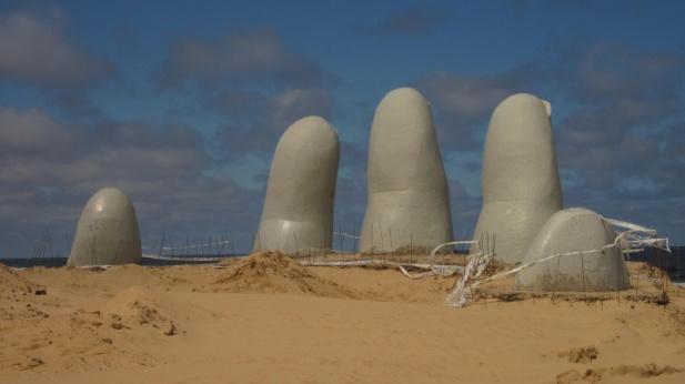 berühmte Hand am Strand von Punte del Este