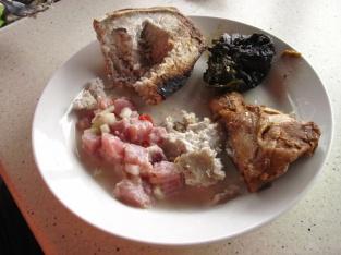 Samoanisches Mahl (Brotfrucht, Huhn, Taroblätter mit Kokoscreme, roher Fisch in Kokossoße)
