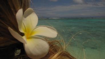 Blume im Haar nahe am Wasser...lol