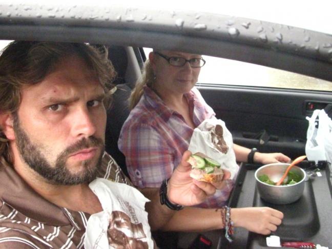 Essen im Auto auf Hutablage