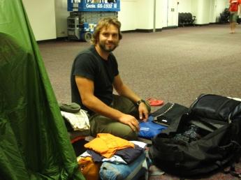 Rucksack packen am Flughafen