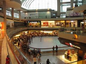 Eislaufbahn (kein echtes Eis, nur Plastik) im Shoppingcenter