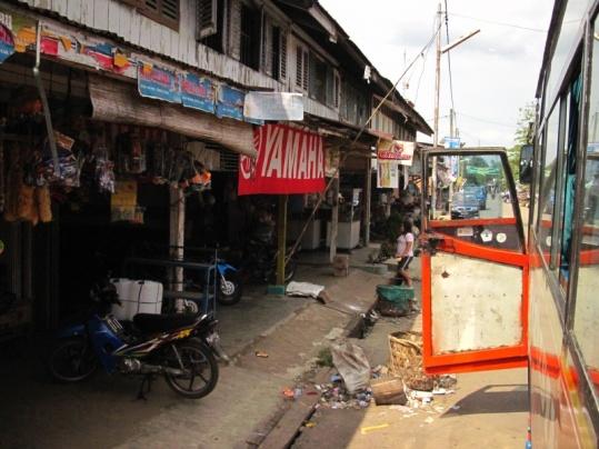 typisches Straßenbald auf dem Weg von Bukit nach Medan