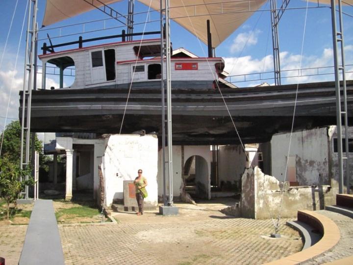 Tsunami-Denkmal: Das Boot auf dem Häuserdach (rettete 59 Fischern das Leben)