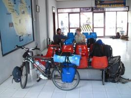 Miko, Angie und Beats Fahrrad im Fährhafen-Wartesaal