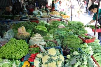 Gemüseauswahl auf dem Markt für die Kochschule