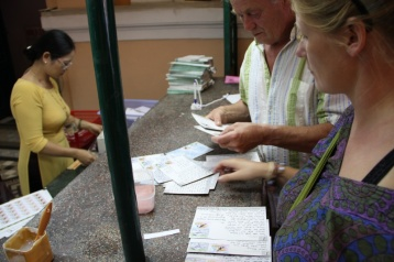 Briefmarken kleben...harte Arbeit