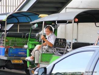 Maal in sich gehen (Tuk Tuk Fahrer in Bangkok)