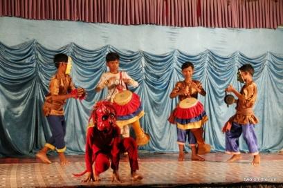 traditioneller Tanz durch die Kinder vorgeführt