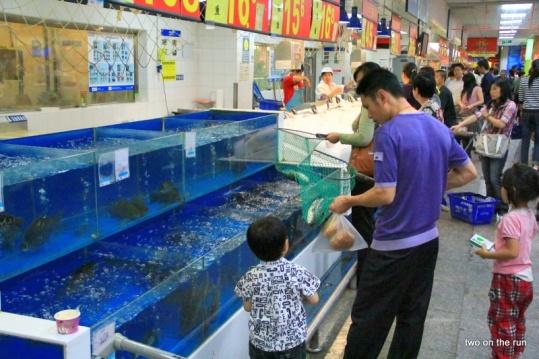Papi beim Fische fangen im Supermarkt (Kunming - Wal-Mart)