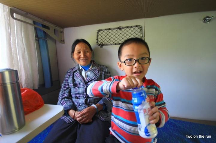 Omi und Enkel