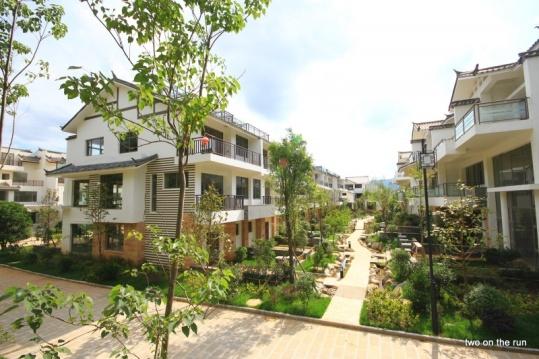 Reihenhaussiedlung in Lijiang - könnte auch Deutschland sein