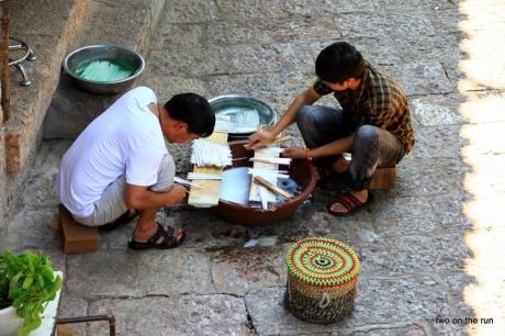 Lijiang-Kunsthandwerker bei der Arbeit