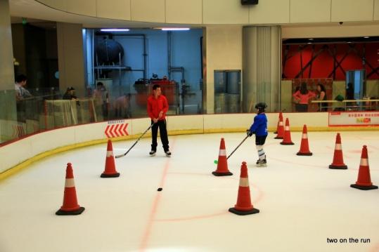 Shenzhen-Eishockeytraining auf der Kaufhauseisbahn