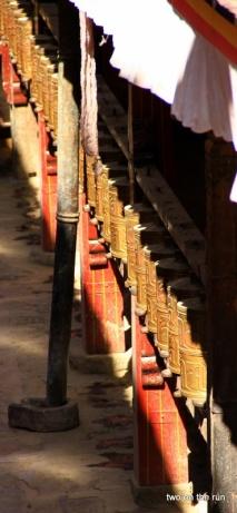 Gebetsmühlen im Joghang Tempel