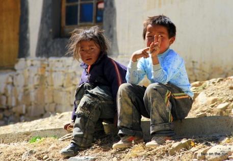 Zwei Kinder am Weg zum Everest in einem Dorf