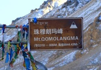 Hinweisschild in Sichtweite des Berges