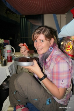 Angie lässt sich den Kuchen (Gugelhupf) schmecken