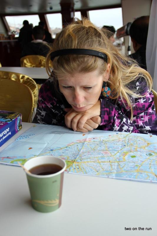 Angie beim studieren der Karte