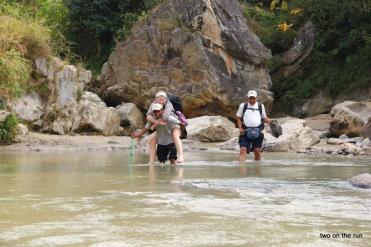 Flussüberquerung auf dem Weg nach Kumari