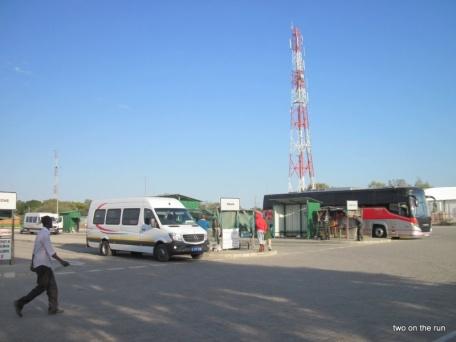 Ziemlich aufgeräumt - Busplatz in Botswana