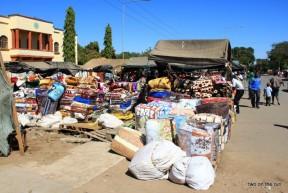 Im Winter ist es auch in Afrika kalt - Deckenverkauf auf dem Markt