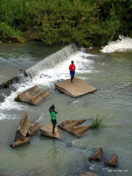 Lilongwe - Spielende Kinder am Fluss