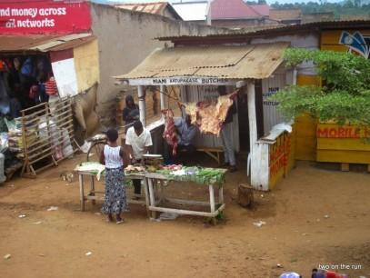 Straßenfleischerei in Uganda