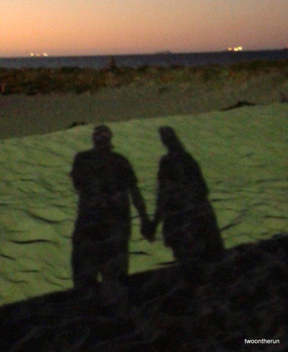 Händchenhalten am Strand