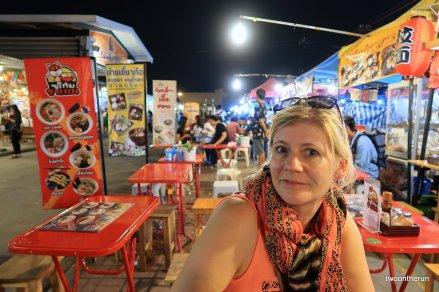 Auf dem Talad Rot Fai Srinakarin Markt