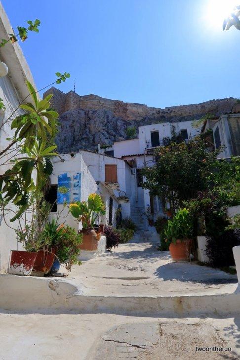 Am Fuße der Akropolis