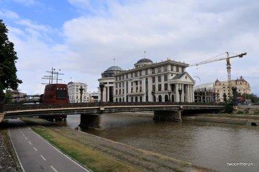 Vardar im Stadtzentrum von Skopje