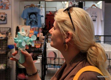 Angie testet einen Einhornlüfter