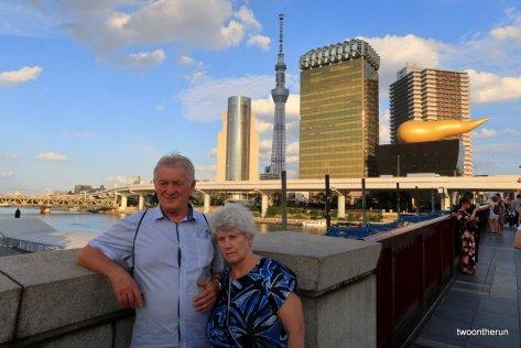Hansi und Evi mit Tokio Skytree im Hintergrund